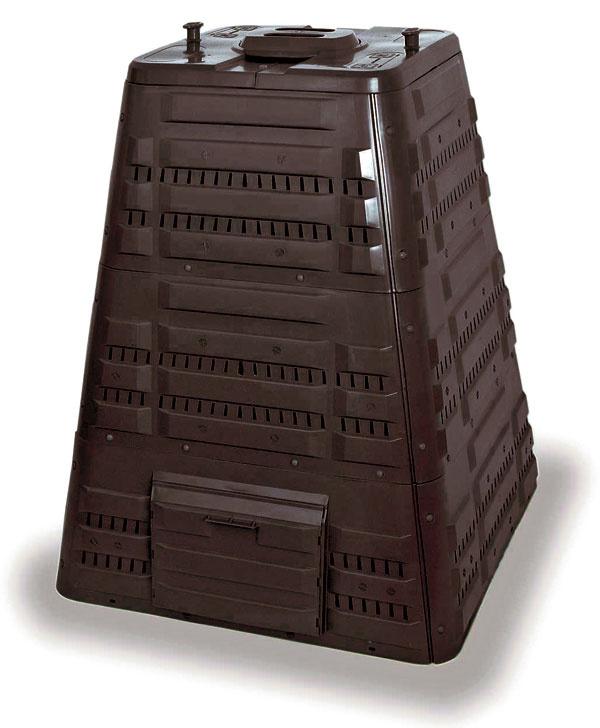 Kompostér K700, do ktorého sa zmestí až 720litrov biomasy. Ihlanovitý tvar zaručuje lepšiu stabilitu apevnosť. Je vybavený vekom spántmi, na ktorom je otočný ventil slúžiaci na reguláciu prístupu vzduchu. Vpäte kompostéra sú bočné dvierka na vyberanie vyzretého kompostu. Voľné dno zabezpečuje voľný styk spôdou amožnosť prístupu užitočných mikroorganizmov, červov adážďoviek.  Rozmery: 94 ×94 × 118 cm. Cena 151 €. Predáva Mountfield.