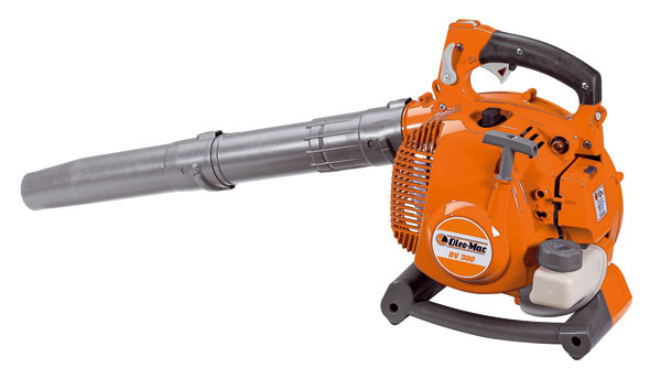 Vysávač/fúkač OleoMac BV 300 sbenzínovým dvojtaktným motorom má nízku spotrebu paliva. Odstraňuje popadané lístie tak, že ho sfúkne na jednu hromadu alebo ho vysaje (rozdrvenú zmes stačí už len vysypať napr. do kompostu). Vzime pomôže pri odpratávaní snehového poprašku. Vhodný na väčšie plochy. Vďaka sacím komponentom, ktoré sú súčasťou dodávky, je ho možné veľmi jednoducho premeniť zfúkača na výkonný vysávač, ktorý drvením redukuje objem vysávaného lístia až o90 %. Objem zberného vaku je 36 litrov. Cena 429 €. Predáva Mountfield.