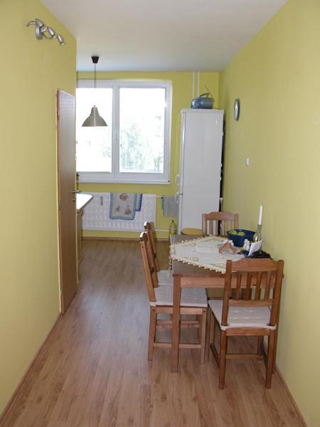Kuchyňa v roku 2005 po nasťahovaní. Vstup z chodby do kuchyne, vľavo sú dvere do kúpeľne.