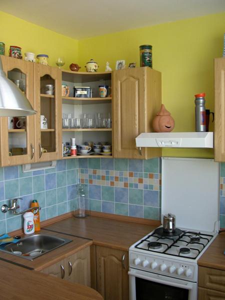 Kuchyňa v roku 2005 po nasťahovaní. Kuchynská linka s drezom a pracovnou doskou.