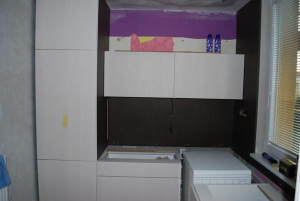 Kuchyňa počas prestavby 2010. Montáž novej kuchynskej linky. Vľavo je zabudovaná chladnička.