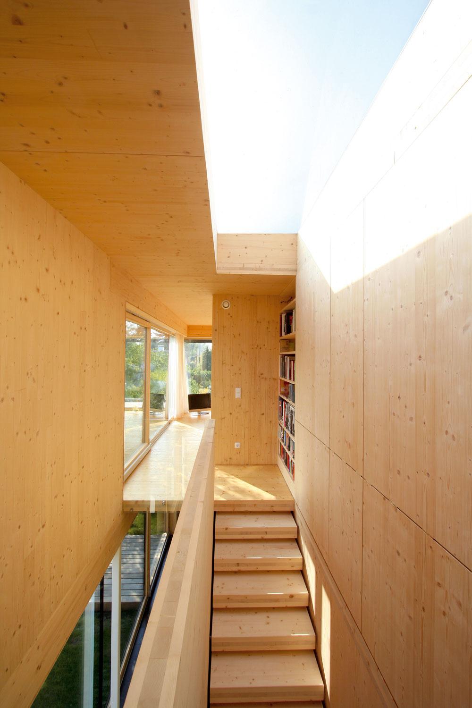 Do súkromnej zóny na poschodí sa vystupuje po drevenom schodisku. Vďaka strešnému svetlíku schody akoby sa končili priamo pod modrou oblohou acesta na poschodie je ozajstným zážitkom zo svetla.