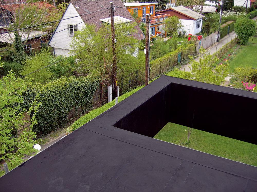 Markíza nad terasou spálne sa otvára koblohe. Vďaka nej terasa nenarušila jednoduchý geometrický tvar domu aotvor zároveň dožičí západne orientovanej spálni dostatok svetla. Toto rafinované riešenie navyše doplnilo kvýhľadu na typické okolie záhradkárskej štvrte aj výhľad na nebo.