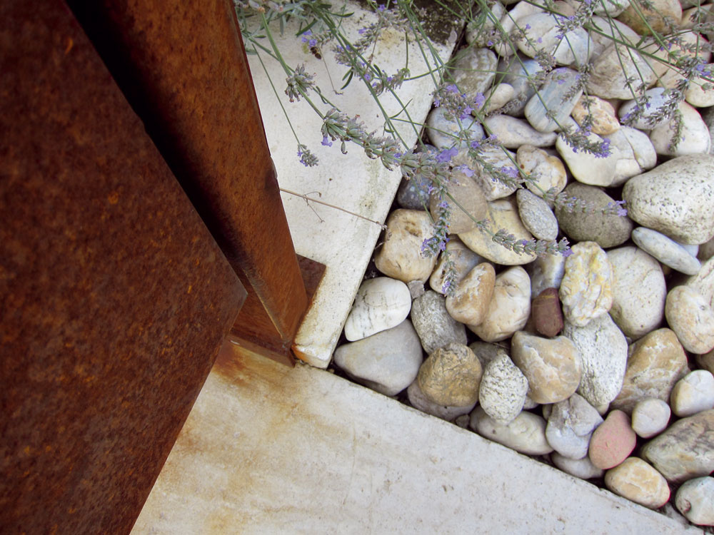 Kamenná predzáhradka pred domom vynikne aj vedľa modrej unimobunky z čias výstavby, ktorá na pozemku ostala slúžiť ako kôlňa.