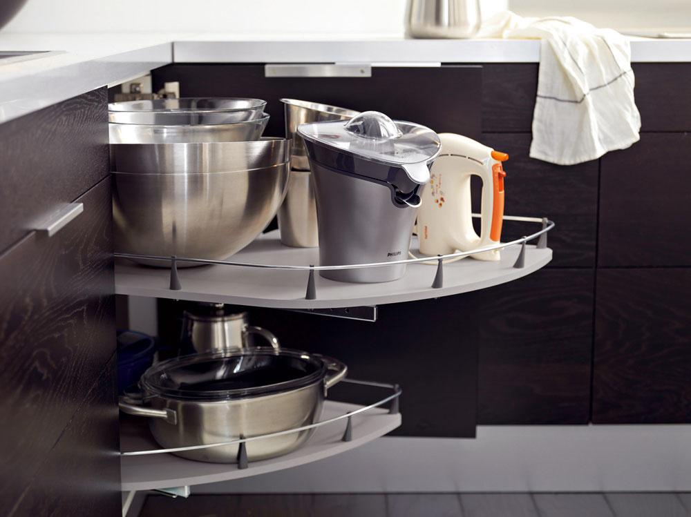 Logickú praktickosť spodných skriniek splným vysúvaním oceníme najmä vpodkrovnej kuchyni, vktorej sme ukrátení ohorné skrinky apolice.
