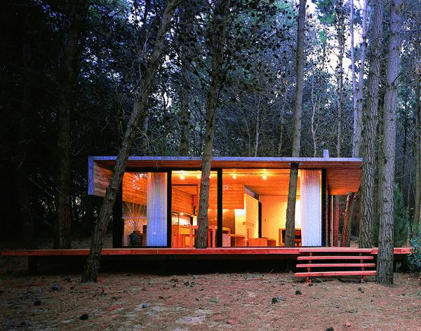 Učupený domček v lese. Bizarný nápad fanatického hubára? Azda len lesné víly podľahli architektonickej mánii moderného domu. Po zotmení svetlá zhasnú a ony sa vydávajú na potulky lesom. (foto: Besonias, Almeida, Kruk Arquitectos)