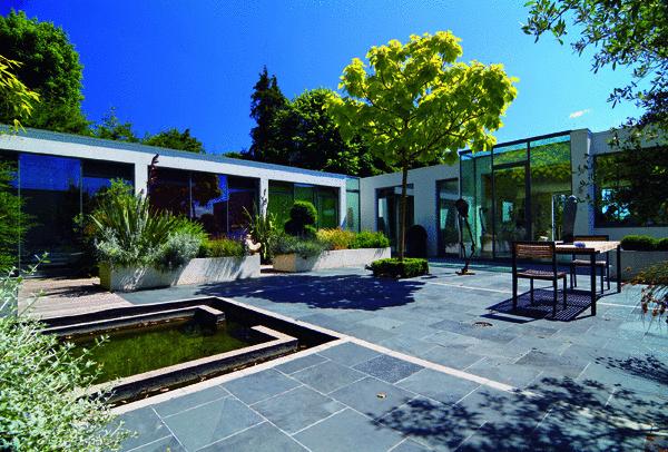 Hacienda Biely dom je jadrom scén mnohých telenoviel. Galéria flóry átriovej záhrady len podtrhuje atmosféru luxusu a moderny. Prvá scéna sa odohrá práve tu. Herci pripravení… Klapka…