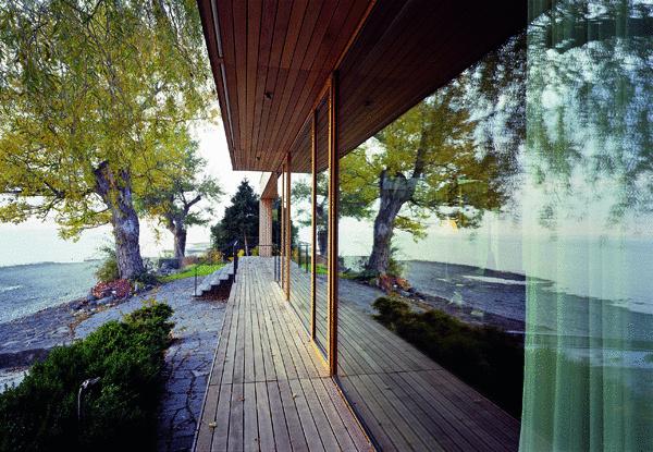 Silné puto k vode a dôverný vzťah k súčasnej architektúre. Protipólom mestského života sa stalo miesto pri zátoke. Oáza pokoja vychádzajúceho slnka z vodnej hladiny každé ráno zohrieva drevenú pokožku bungalovu.