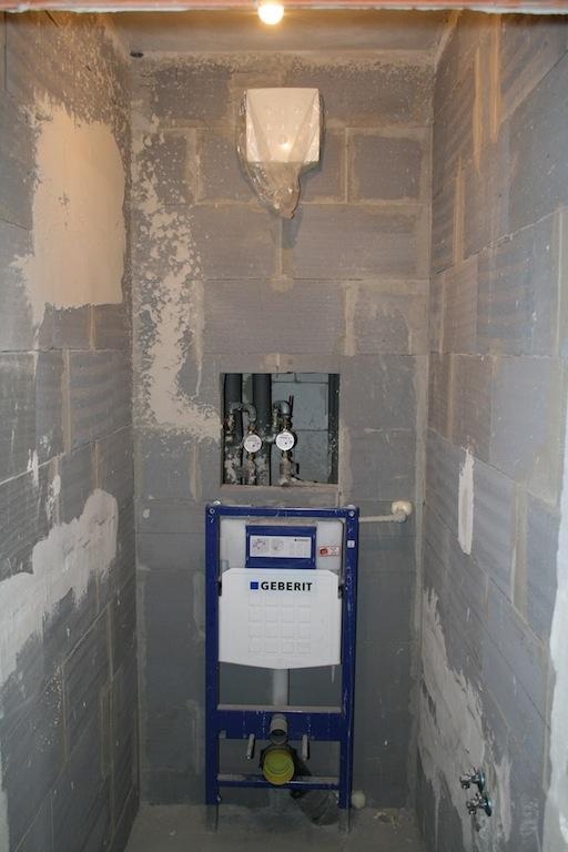 WC má pôdorys dlhej, úzkej tuby, napriek tomu nepôsobí vo výsledku stiesnene a zmestilo sa doň aj malé umývadlo.