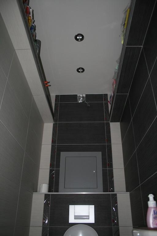 Za najväčšiu vychytávku považujem výklenok vo výške približne 2m, ktorý lemuje obvod celej toalety. Tento priestor slúži ako odkladacia plocha na hygienické a čistiace prostriedky. Zmestí sa nám tam všetko potrebné, preto nepotrebujeme v toalete ani v kúpeľni žiadne prídavné skrinky. Vertikálne využitie priestoru v malých miestnostiach odporúčam každému, kto sa nechce potkýnať o zbytočný nábytok.