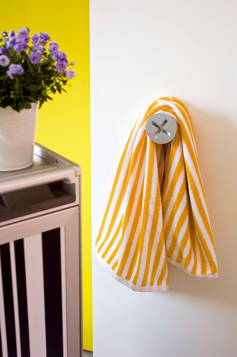 Šikovné aj vtipné detaily spríjemňujú obyvateľom každé použitie kúpeľne. (Osušky auteráky sú od firmy Zara Home.)