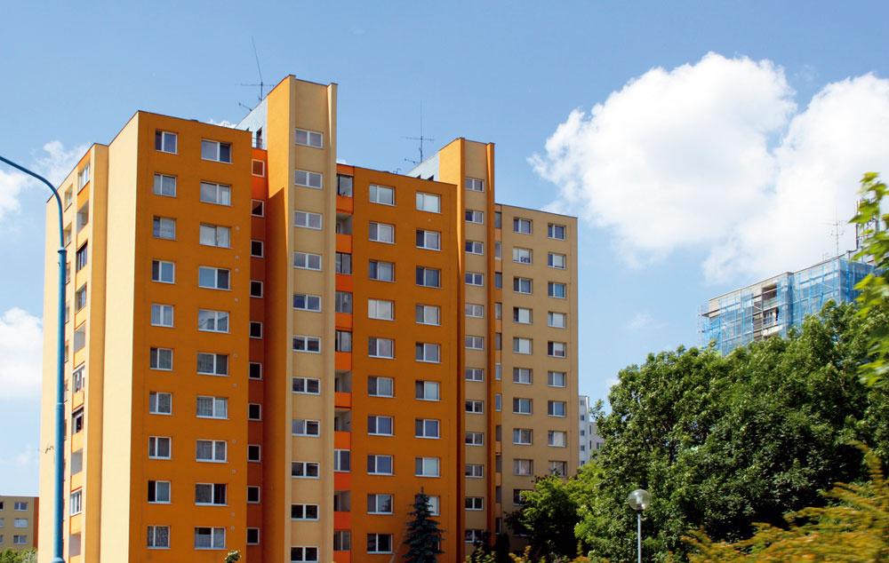 Oranžová soranžovejšou aešte oranžovejšou. Nie ste trocha preoranžovaní? Tu by sa nám tiež viac páčilo, keby sa niekto pomocou farieb viac vyhral shmotou celého panelového domu avyužil jeho už existujúce členenie.