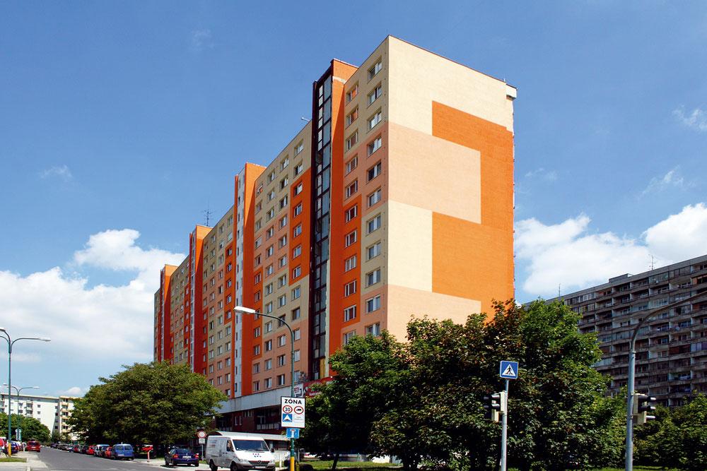 Páči sa nám snaha orozbitie nudnej, neprívetivej aveľkej fasády týchto doskových panelákov, no niekedy sú tie kombinácie, najmä farieb, prisilné, krikľavé.