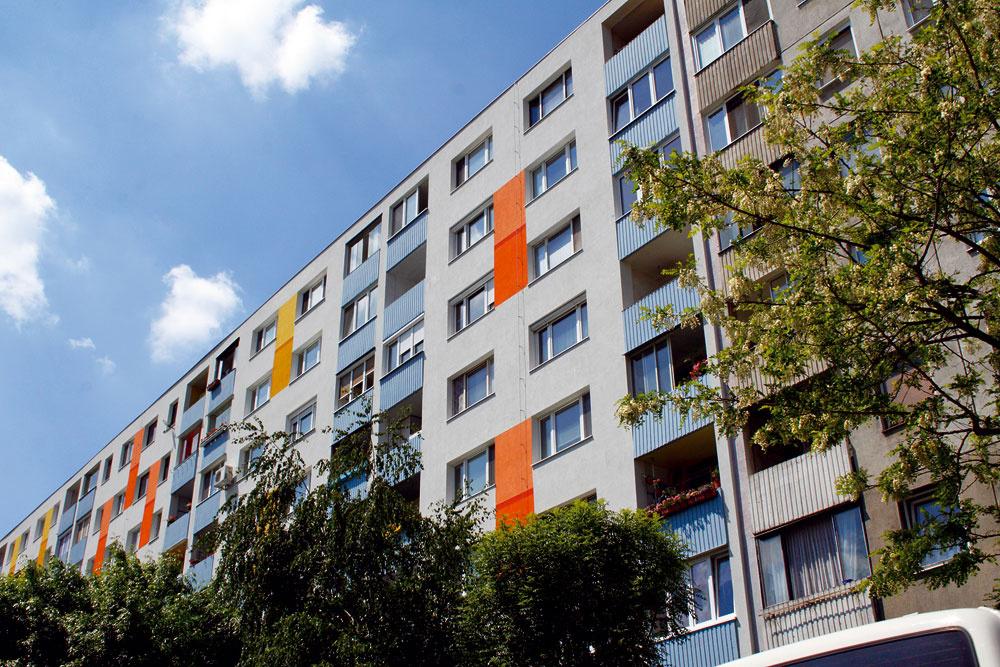 Táto konečná úprava fasády sa nám páči, je veselá, ale nie prehnane, kombinácia farieb je decentná ahravá zároveň, zbytočne však nekričí. Máme pocit, že tu sa musí dobre bývať.