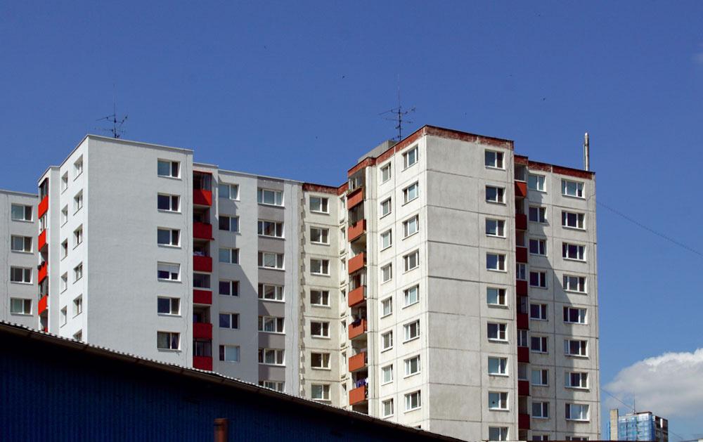 Radšej takto. Časť paneláka vľavo je upravená jednoducho, bez zbytočných afektov,  tá ostrá červená na balkónoch sa vtomto prípade vyslovene hodí. Dom pôsobí veľmi čistým avkusným dojmom. Ukážka toho, keď menej je viac.