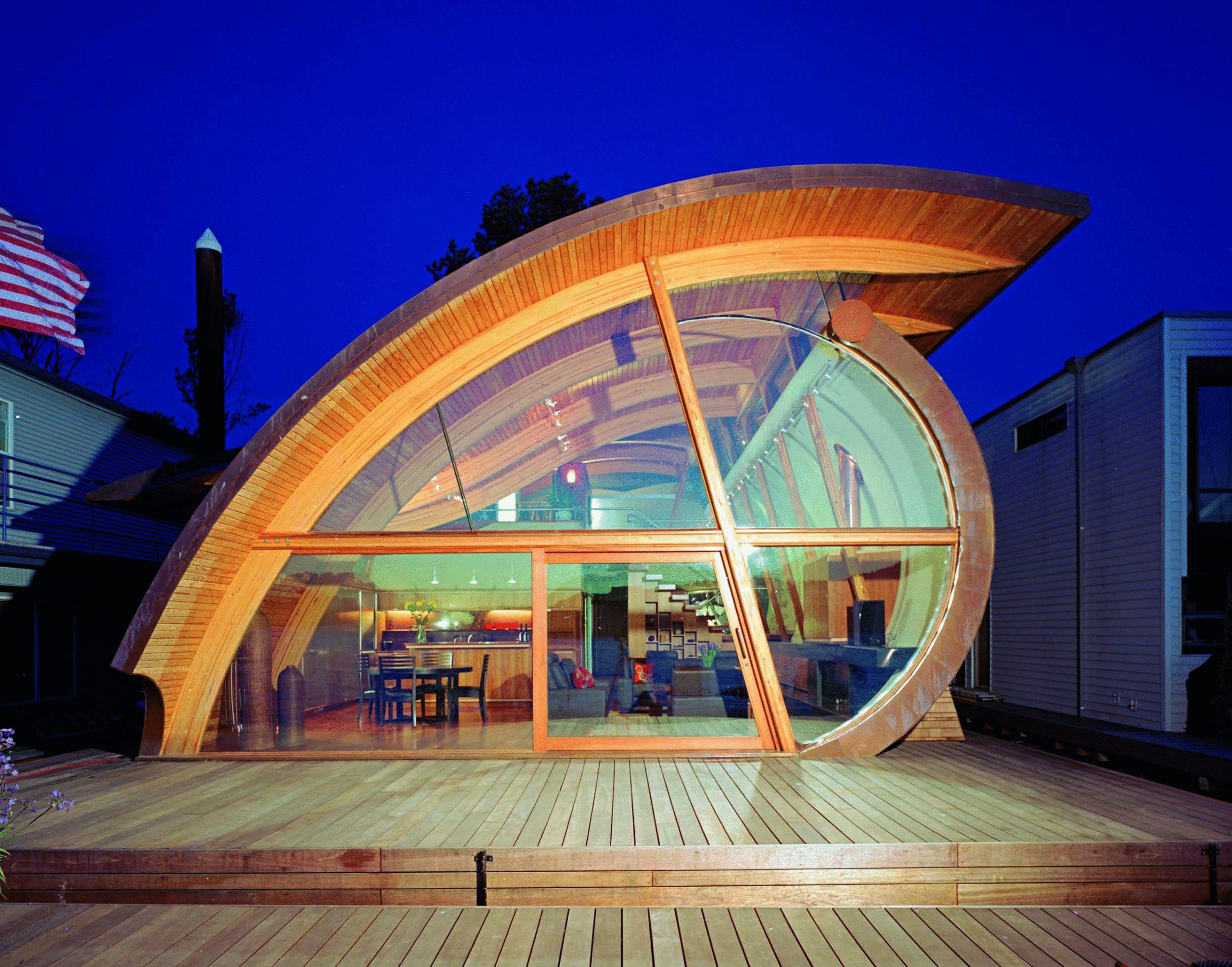 """Očný profil: rohovka lemovaná drevom, dúhovka odrážajúca svetlo interiéru a šošovka prenikajúca do priestoru. Oko je zrkadlom do duše obydlia, a to doslova. Výstižnejšie je ale povedať: """"Láska na prvý pohľad."""""""