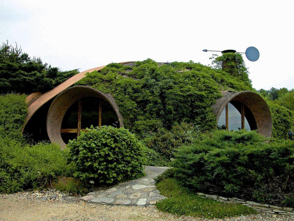 Žiadna masovo vyrábaná škatuľová výstavba. Obydlie je postavené s maximálnym ohľadom na prírodu a za odmenu dáva majiteľom jedinečnú príležitosť žiť v jej blízkosti. Tolkienov príbeh tu skutočne ožíva. Vitajte u súčasných hobbitov.