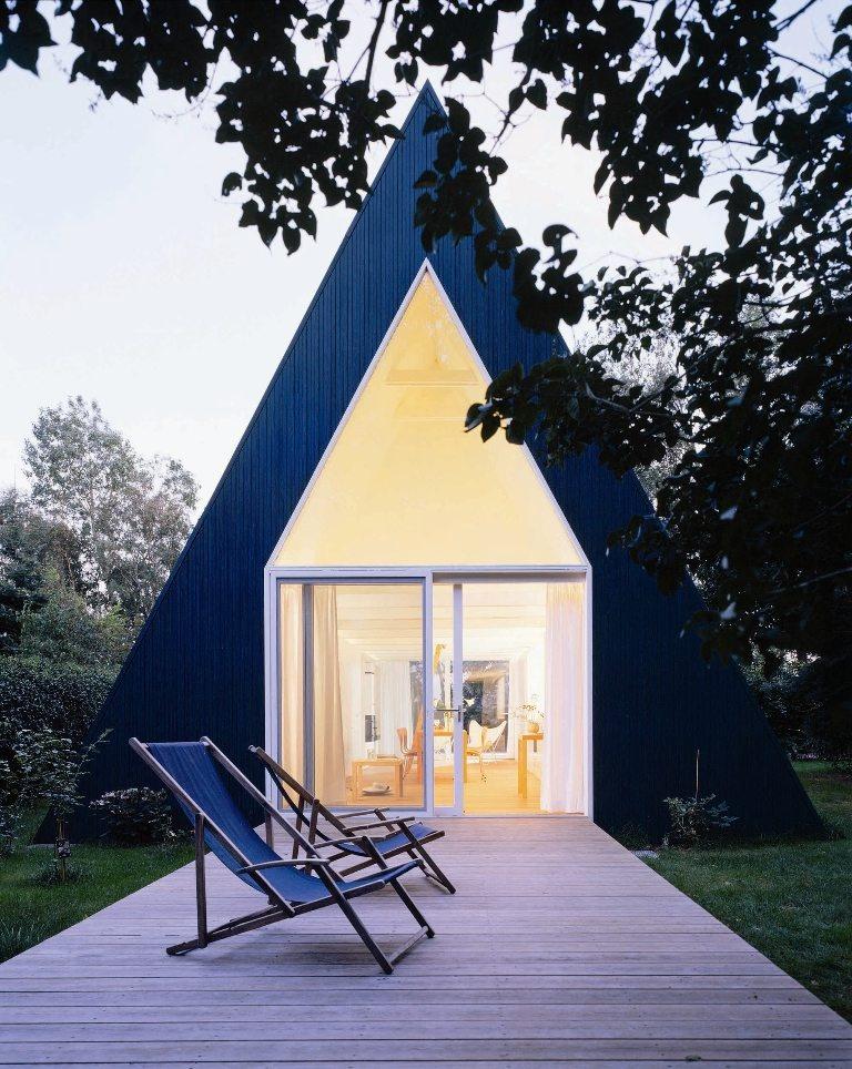 Geometria v bývaní – podobnosť útvarov, zhodnosť trojuholníkov. Pokrov odviaty vetrom si človek prispôsobil. Z nenávratne stratenej pokrievky príbytku sa architektonickým počinom stala obývateľným štítom nemalého gazdovstva.