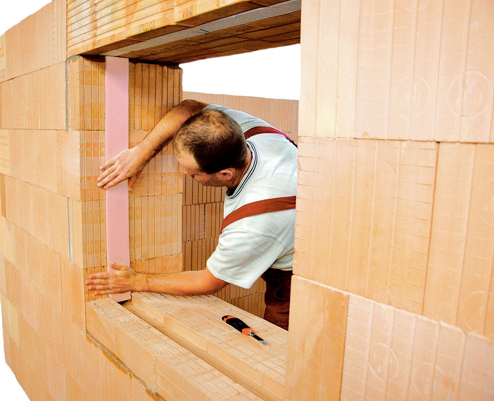 Komplexné stavebné systémy obsahujú aj riešenia ostenia aparapetu okenných otvorov. Takto pripravený detail znižuje riziko vzniku tepelných mostov medzi oknom astenou. (Wienerberger)
