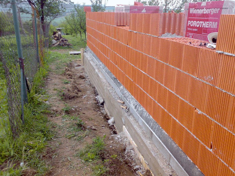 Zvislé konštrukcie ztehál alebo tehlových blokov. Tehlové bloky možno použiť komplexne na celý dom. Je dobré zvoliť si jeden ucelený tehlový systém. (JAGA)