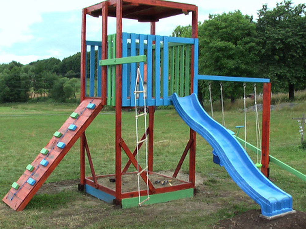 """VÁŠ TIP: Detské ihrisko vyrobené svojpomocne zo """"stavebných zvyškov"""""""