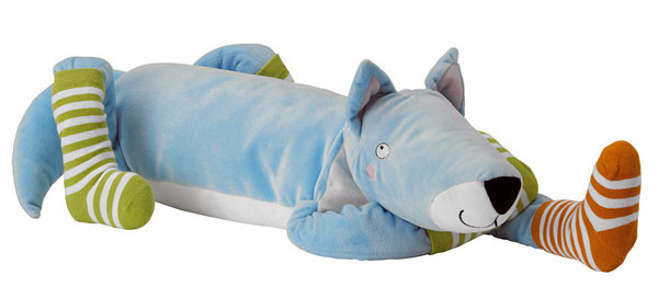 Plyšová hračka Barnslig Ulven zpolyesteru. Dizajn Eva Lundgreen. Dĺžka 60 cm. Cena7,99€.