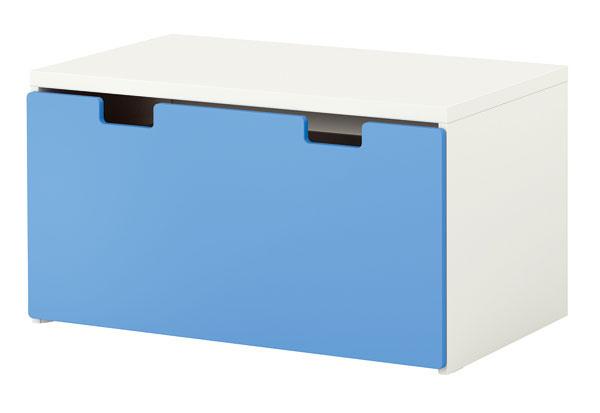 Lavica s úložným priestorom Stuva z drevovláknitej dosky ošetrenej akrylovou farbou. Rozmery: š 90 × h 50 × v 50 cm.