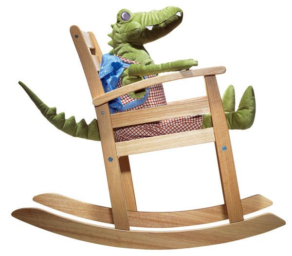 Hojdacie kreslo Rofylld, dizajn Tina Christensen. Hojdanie pomáha dieťaťu rozvíjať zmysel pre rovnováhu atriediť zmyslové vnemy. Materiál: masívny kaučukovník, drevovláknitá doska, priehľadný akrylový lak. Rozmery: š 42 × h68 × v56 cm, výška sedadla 30 cm. Cena 34,99 €.