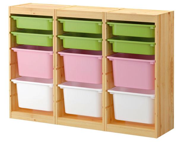 Úložná kombinácia so škatuľami Trofast, dizajn Studio Copenhagen. Vďaka niekoľkým drážkam možno škatule či police umiestniť podľa potreby. Škatule sú stohovateľné pri použití viečka. Materiál: masívna borovica, priehľadný akrylový lak, polypropylénový plast. Cena152,85 €. Predáva IKEA.