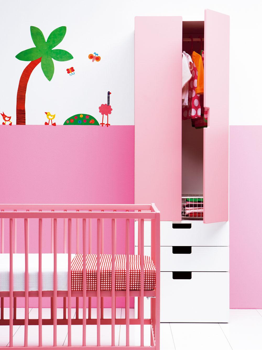 Skriňa Stuva sdverami atroma zásuvkami. Dvierka, zásuvky askrinky sú ochranné aj dekoračné, na výber je viac farieb. Rozmery: š 60 × h 50 × v192cm. Cena 126,90 €. Detská postieľka Somnat zmasívneho buka, akrylová farba. Spodný diel postele môžete umiestniť do dvoch rôznych výšok. Rozmery: d 124 × š 66 × v80cm. Cena44,99 €. Predáva IKEA.