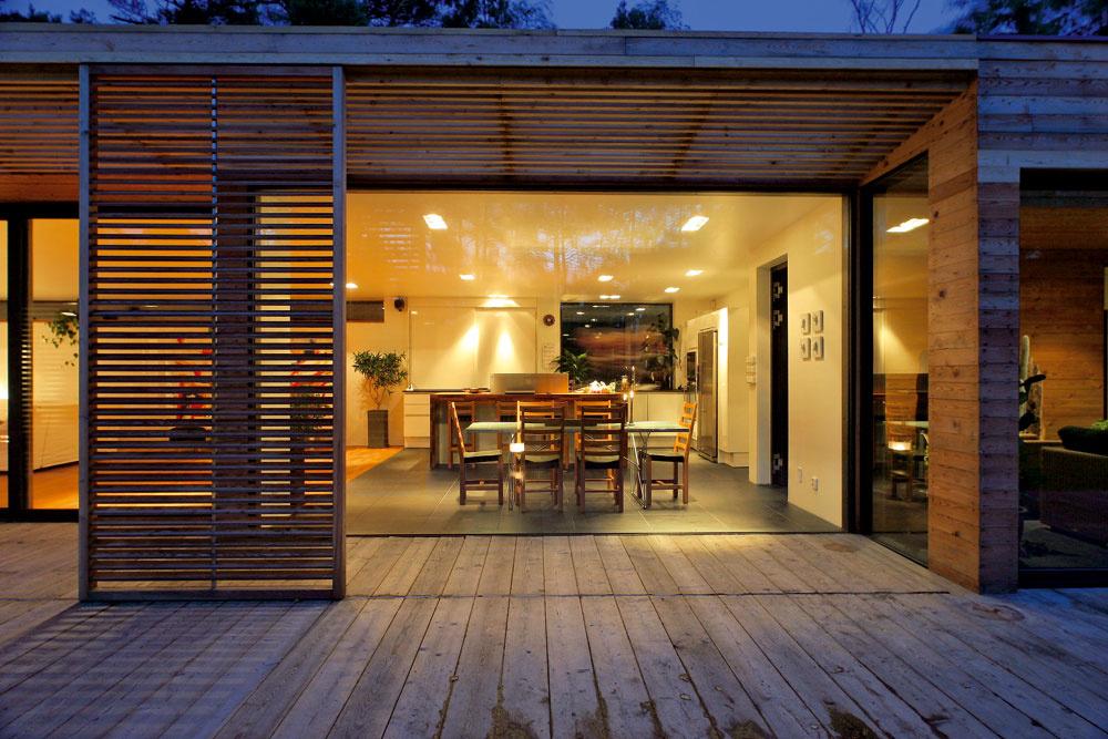 Tento záber názorne ukazuje, ako výrazne sa zimná záhrada vysúva zlínie domu. Barové ajedálenské stoličky Sadelöga vduchu Alvara Aalta sú od domáceho dizajnéra Kristera Larssona (Artform).