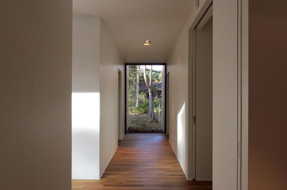 Vsevernom krídle je aj ďalšia krátka chodba zakončená sklenenou stenou. Vchádza sa do nej zobývacej izby.