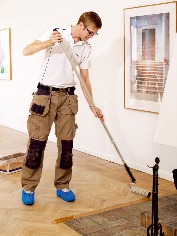 Základný lak nanášajte na podlahu vpásikoch. Rozotrite ho po celej šírke miestnosti. Snanášaním vrchného laku začnite na tej strane, na ktorú dopadá svetlo, apostupujte smerom od vstupu svetla do miestnosti. Tak môžete sledovať lakovanú plochu aihneď opraviť prípadne zle nalakované miesta.
