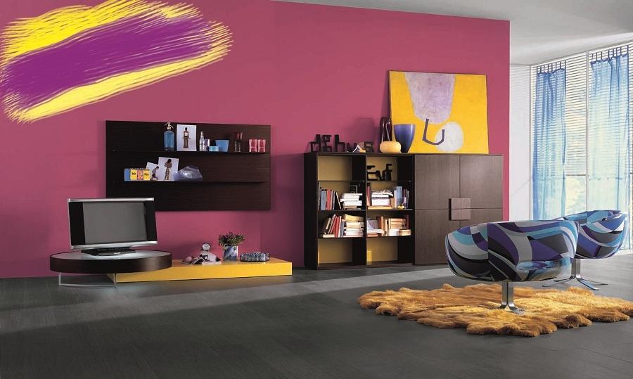 """Purpurovsky dobrá kombinácia. A žiaden minimalizmus. Purpurová vytvára ideálne pozadie pre ďalšie silné farby. A tak v symbióze žijú """"pozadný"""" purpur s poprednou žltou. (foto: Merito)"""