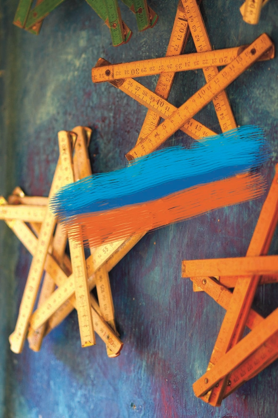 Studené aj teplé, živé aj pokojné. Trocha farbičiek zmení obraz aj toho najchladnejšieho múru. Ľadový pocit z modrej farby v spojení s hrejivými oranžovými tónmi vám dovolí zabudnúť na zimnú šeď. (foto: Dano Veselský)