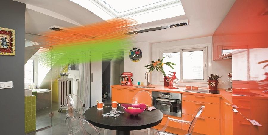 Prehnaní farební nadšenci? Na druhej strane čistý priestor pôsobí neosobne, kým ho aspoň trochu nezašpiníte oranžovou. Potom už len väčšia škvrna zelenej v kúpeľni a budete sa cítiť ako vo farebnom raji.