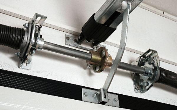 Brzdy pružín Pri pretrhnutí alebo uvoľnení torznej pružiny sa uvedie do činnosti bezpečnostný systém, ktorý zabráni pádu brány.