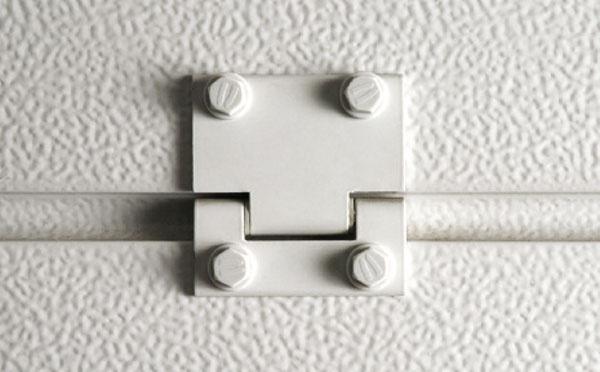 Hliníkové pánty s teflonovými podložkami Pánty zhladkého farbeného hliníka sú na rozdiel od pántov zpozinkovanej ocele úplne tiché a nevyžadujú žiadnu údržbu ani mazanie. Teflonové podložky zabraňujú ich odieraniu.