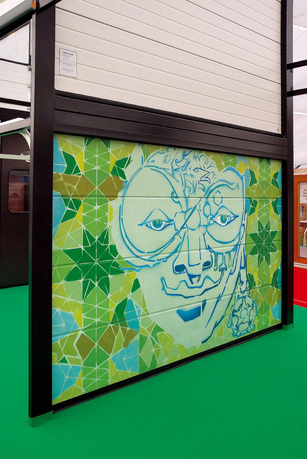 Na výstave Coneco 2011 predstavila spoločnosť Jolly Joker zaujímavú novinku – garážové brány, ktorých dizajn vytvoria presne podľa požiadaviek alebo návrhu zákazníka. Môžu sa na to využiť odolné fólie alebo návrh nanesú priamo na bránu akademickí maliari či špičkoví sprejeri. Samozrejme, cena takejto brány je vyššia ako pri sériovo vyrábaných typoch, máte však stopercentnú istotu, že bude jedinečná.