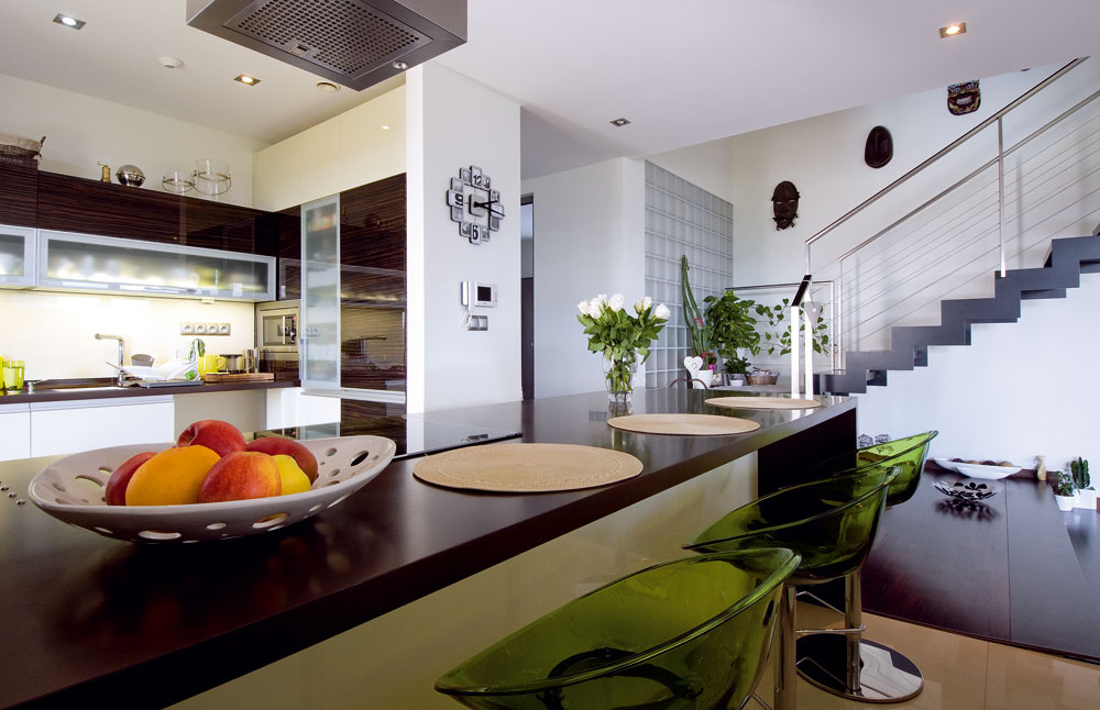 Kuchyni dominuje veľkorozmerný pult svarnou doskou arúrou na pečenie. Rodine slúži na rýchle stolovanie aukryje všetky nádoby na varenie.