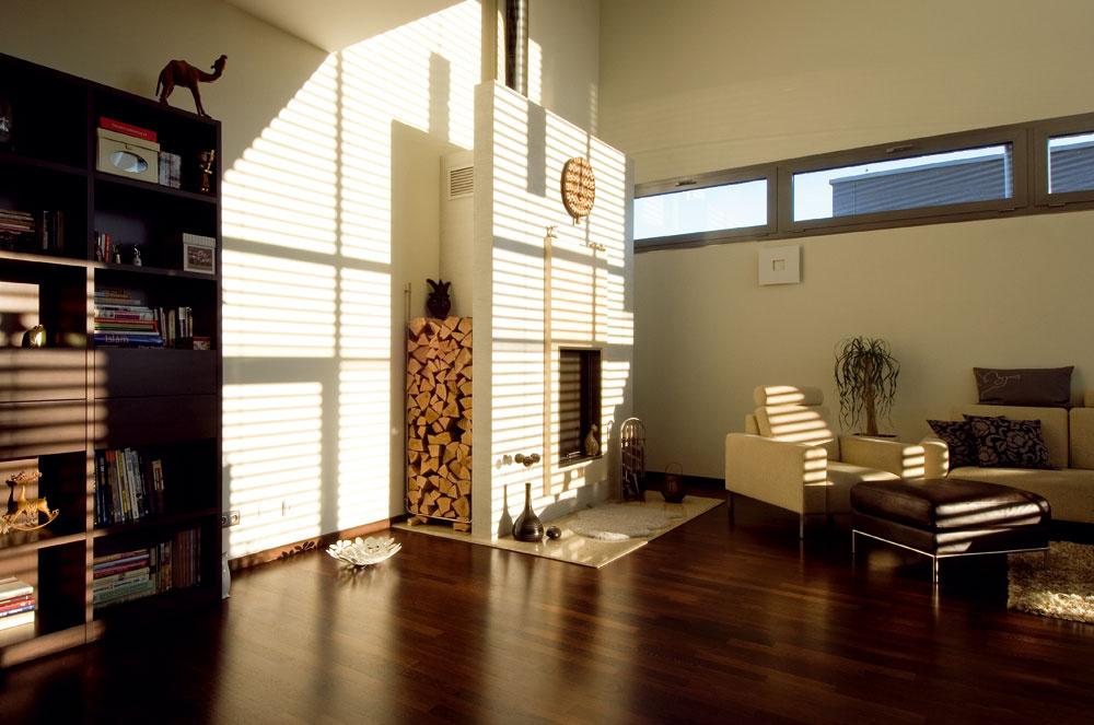 Hra tieňov žalúzií vytvára popoludní vobývačke snovú atmosféru. Kozub si domáci pochvaľujú nielen pre vytvorenie príjemnej nálady, ale počas chladnejších jarných či jesenných dní priestory príjemne vykúri. Vďaka otvorenému priestoru sa teplo dostane aj do izieb na poschodí. Večery, keď už deti spia, či daždivé dni si majiteľka spríjemňuje desiatkami zapálených sviečok.