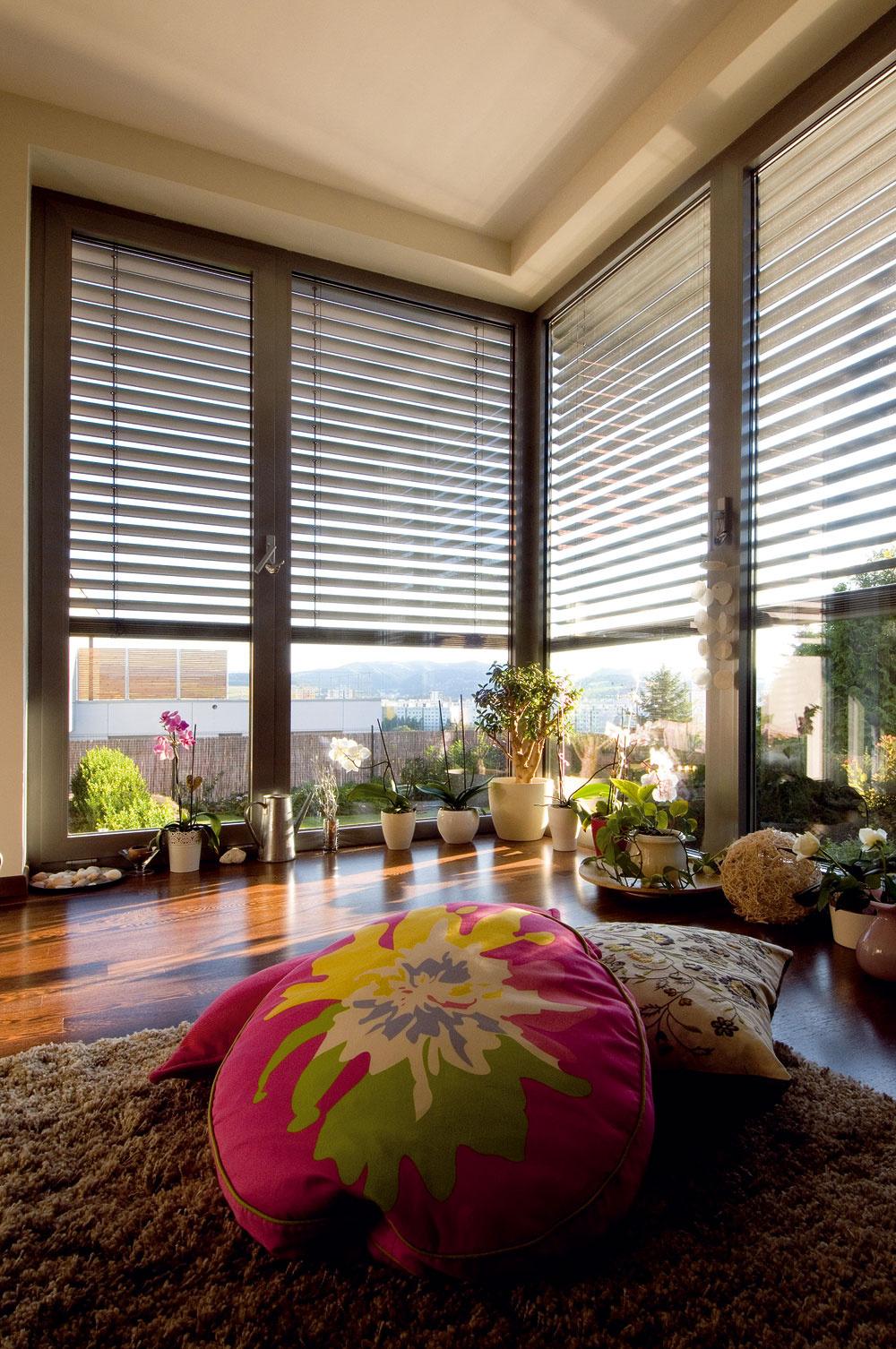 """Zatiaľ provizórne zariadená hosťovská izba je """"územím"""" domácej panej anajmladšej dcéry. Vďaka svetlu prenikajúcemu cez francúzske okná sa tu vynikajúco darí orchideám."""