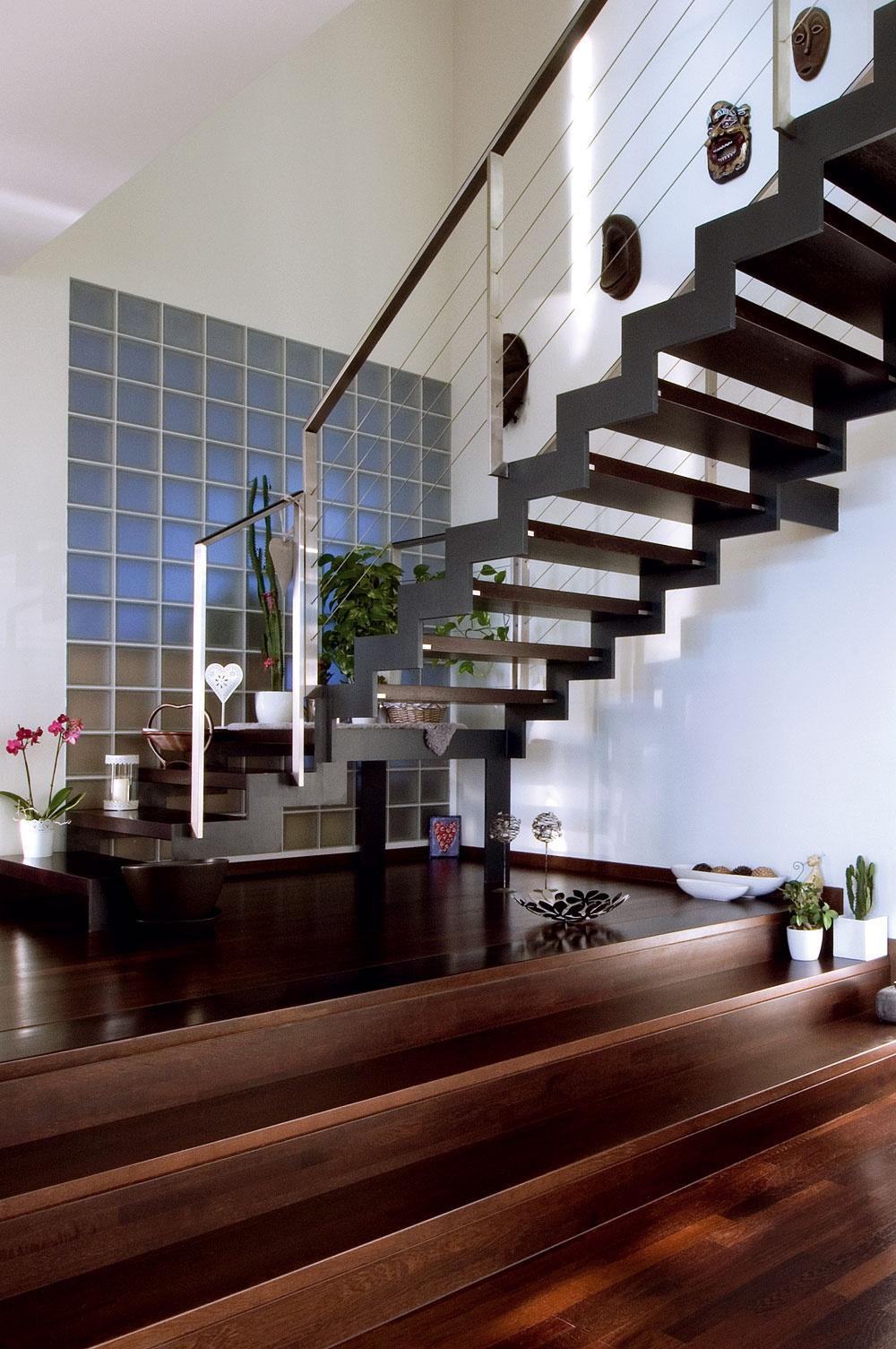 Podlaha prízemia mala byť vpôvodnom projekte riešená jednoúrovňovo. Majitelia však chceli kuchyňu od zvyšku miestnosti opticky odčleniť, atak vznikli schody do oddychovej ajedálenskej časti.