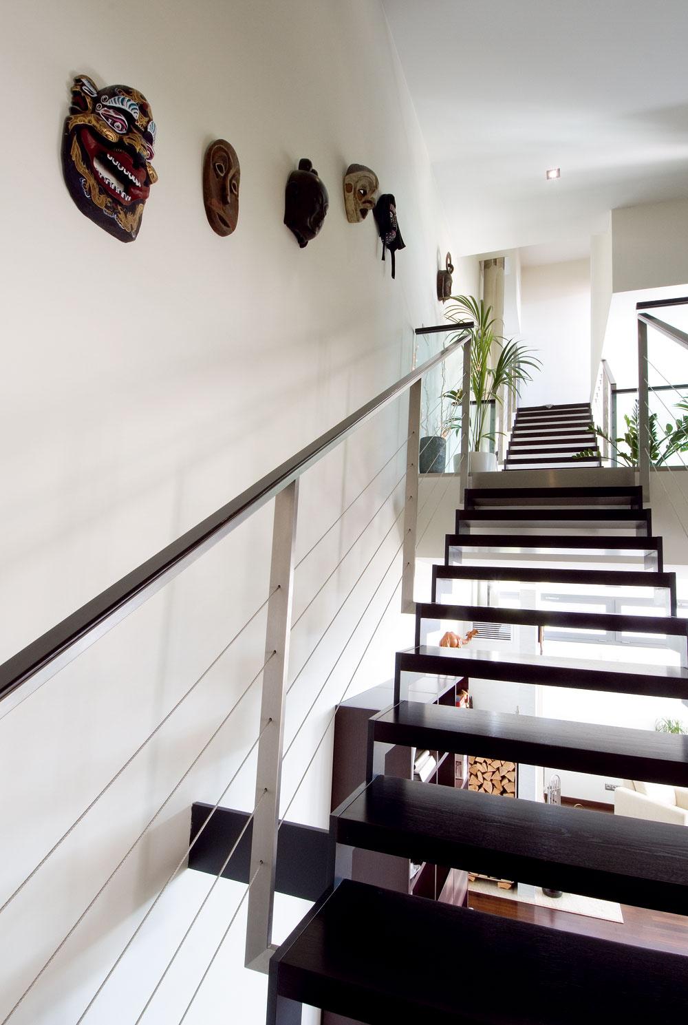 Oceľové schodisko sdrevenými stupňami malo byť pôvodne ukotvené celkom pri stene, majitelia sú však snávrhom architektov nakoniec spokojní.