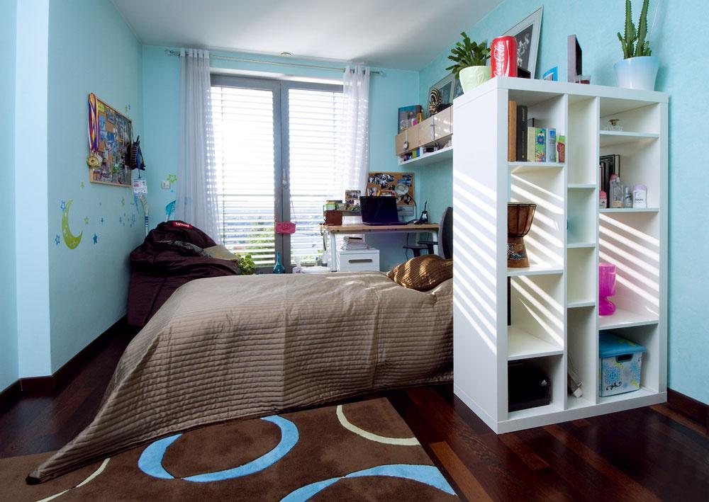Vkontraste so zvyškom domu hýria detské izby farbami avzormi.