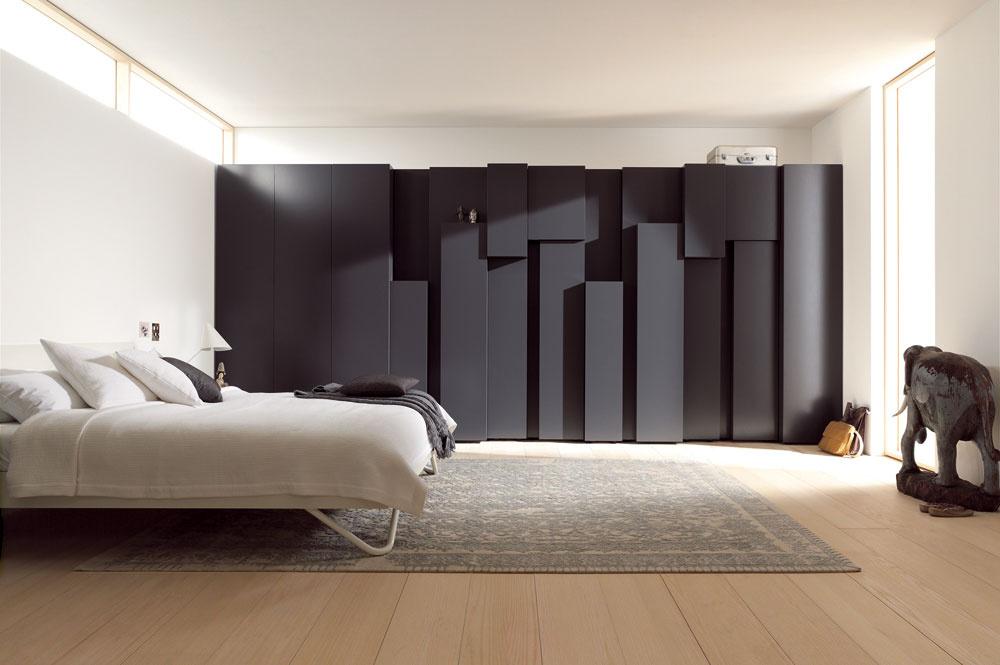 Šatníková skriňa ako objekt kreatívnej interiérovej tvorby spojenej spochopením hĺbkových požiadaviek, výsledkom ktorej je skulpturálna hra sďalším rozmerom šatníkových dverí. Zavesené veci na ramienkach tak získajú potrebnú väčšiu hĺbku anaopak, police suloženými tričkami majú menšiu hĺbku, čo je oveľa pohodlnejšie. Vtakomto prípade treba chápať šatník ako dominantu interiéru.