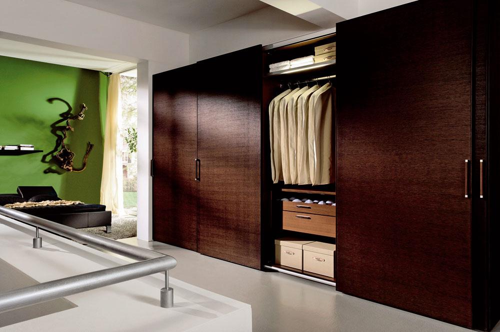 Túžba po návrate kprírode sa prenáša aj do trendov vstvárnení šatníkových skríň. Ak disponujete veľkým priestorom, nemusíte sa báť využiť krásu aj tmavých druhov drevín, ktoré sa objavujú vnových trendoch. (foto: Hülsta, predáva Merito)