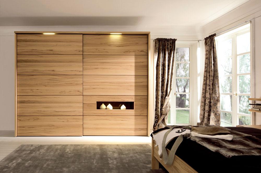Zaujímavá je tiež výrazná kresba dreva, ktorá však potrebuje väčší priestor.(predáva Merito)