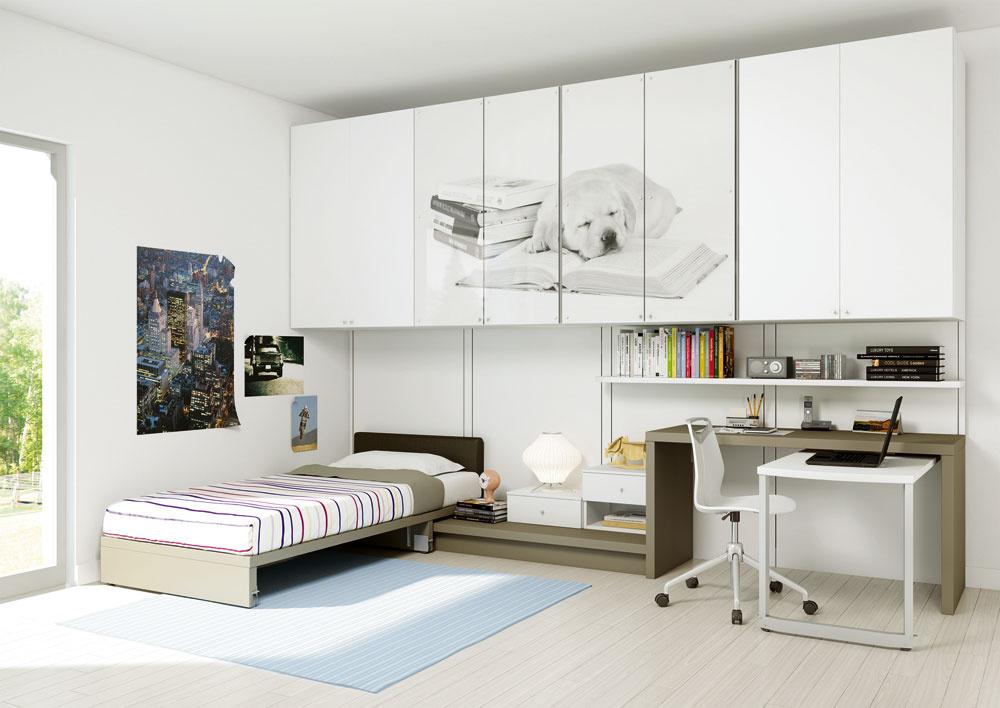 Pri nedostatku miesta využite vertikálny rozmer miestnosti na viac funkcií aočosi skrátené šatníkové skrine umiestnite vhornej časti.