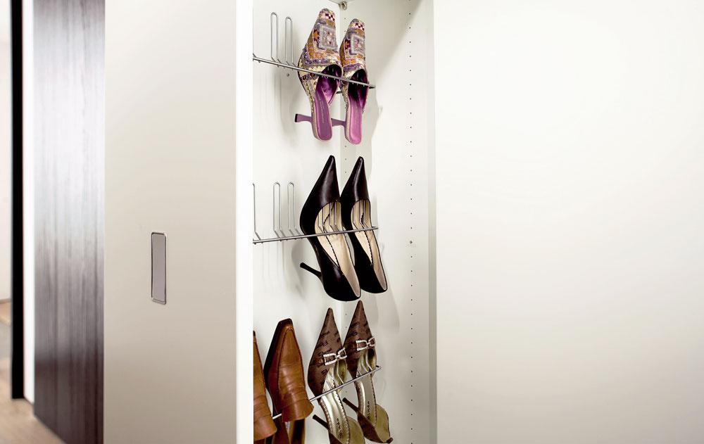 Kam stopánkami akabelkami? No predsa do šatníka apekne každý kus na svoje presne určené miesto. Zlaďovanie dokonalého zovňajška bude takto vrannom zhone menej stresujúce.(Predáva Merito)